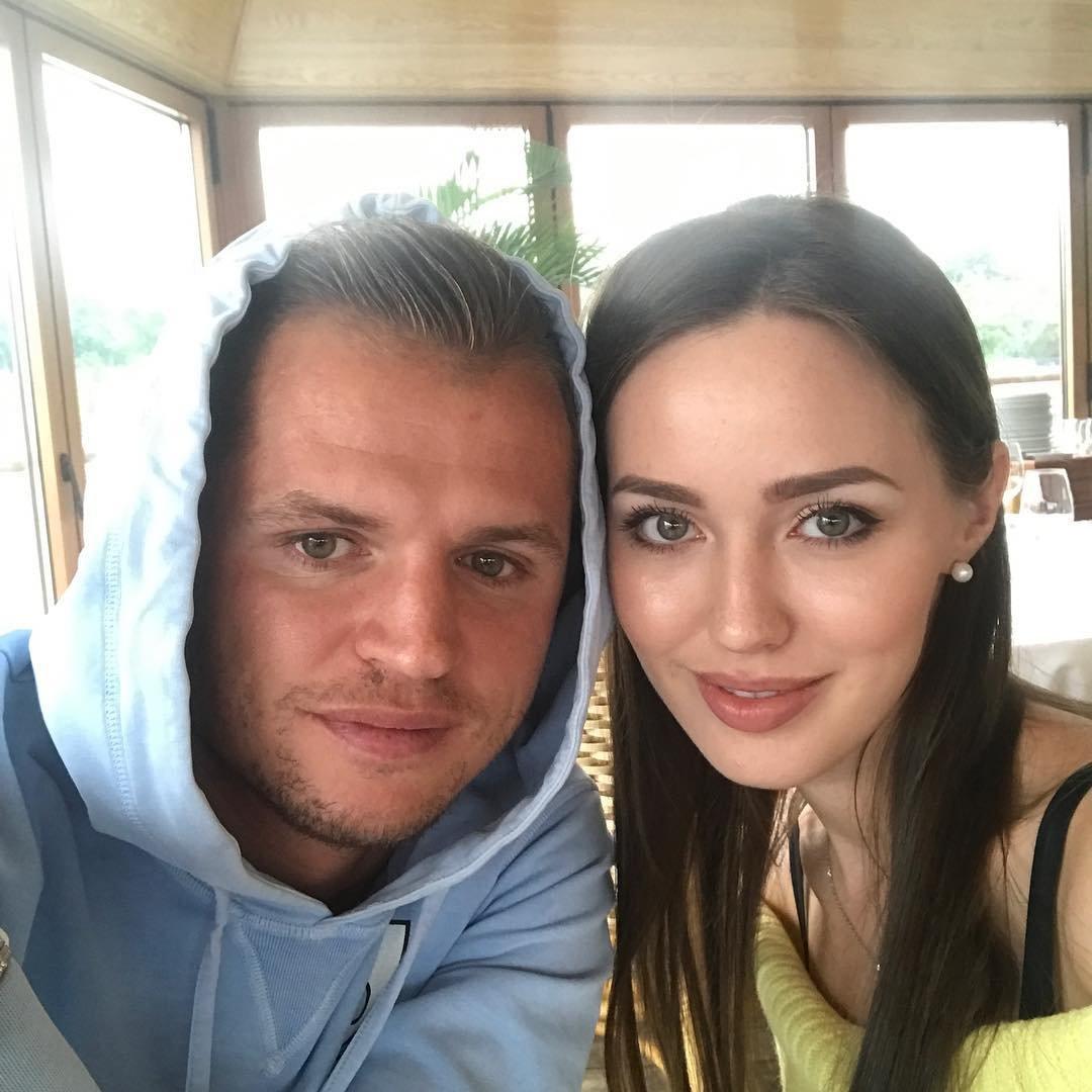 Футболист Дмитрий Тарасов выставил беременную жену в дурном свете