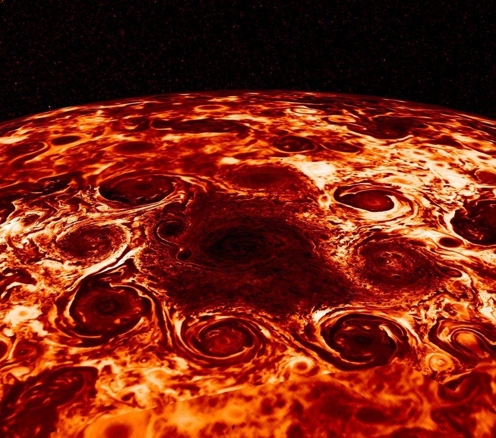 НАСА показало необыкновенные кадры циклонов над северным полюсом Юпитера