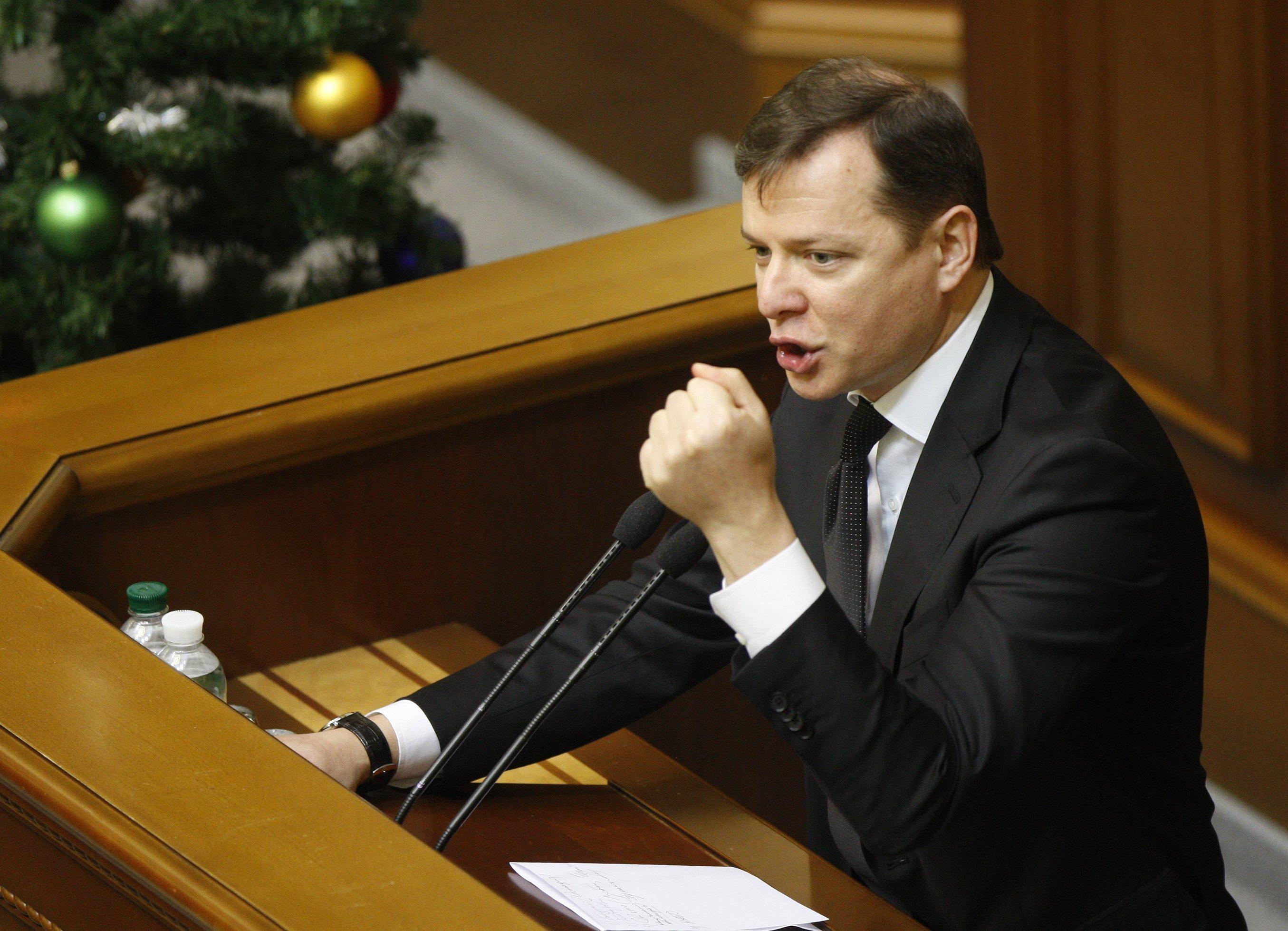 Народные избранники партии Ляшко блокируют трибуну Верховной рады