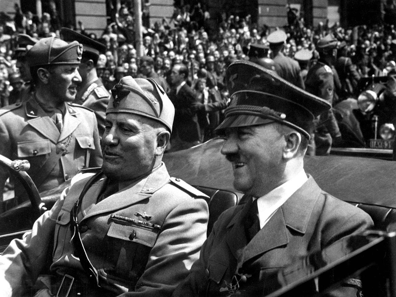 Театралы вГермании пытались вынудить  наблюдателей  носить свастику