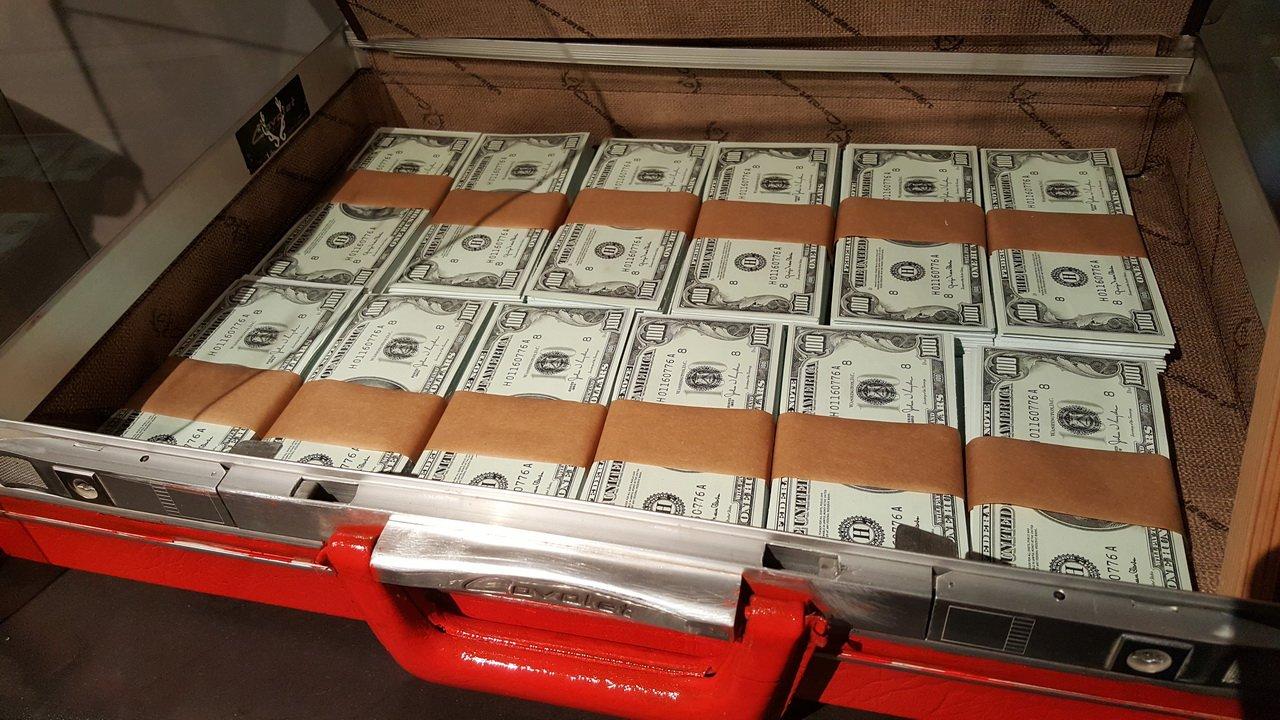 ВЧите полицейский отыскал влифте 800 000 руб. ивызвал наряд