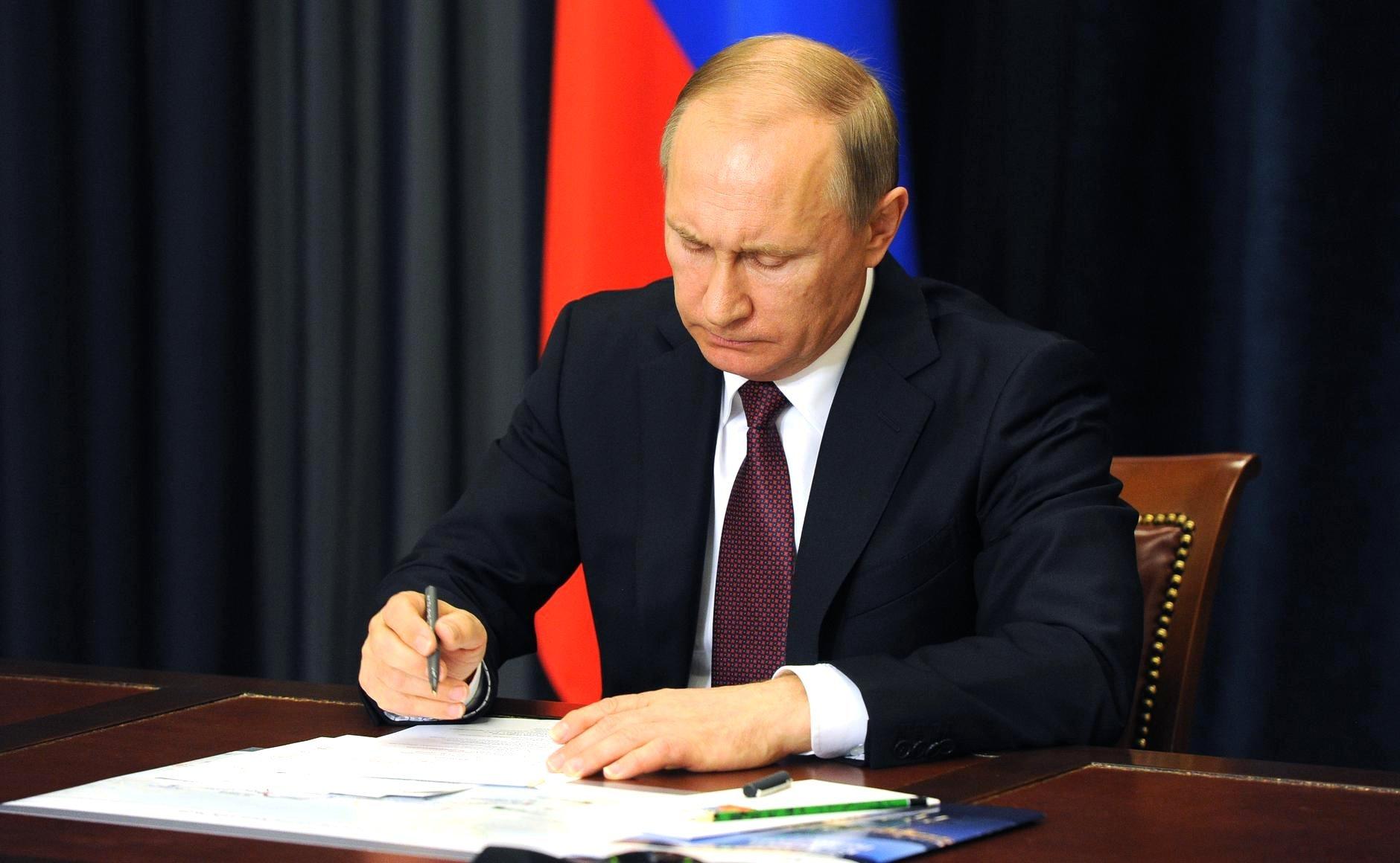 Владимир Путин подписал закон обужесточении наказания закражу электронных денег