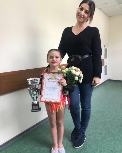Жасмин рассказала об успехах своей дочери в гимнастике