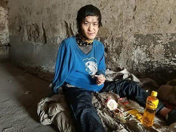 Бедность не порок: В Китае мать держала на цепи глухонемого сына 10 лет