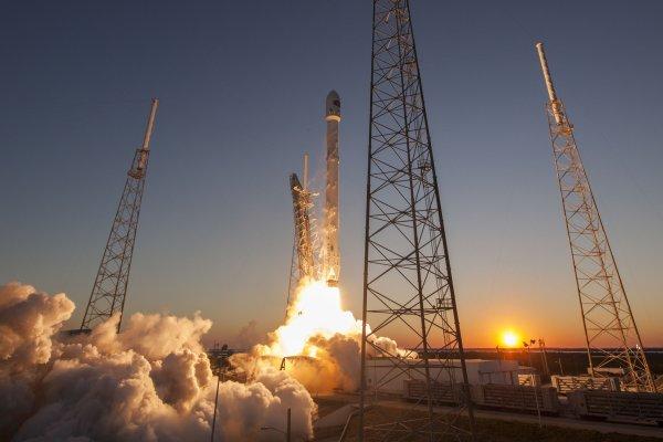 Корабль Dragon был выведен на земную орбиту ракетой Falcon 9