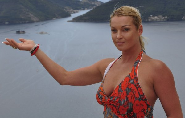 На радость хейтрам: Анастасия Волочкова сменила мини-бикини на мужские трусы