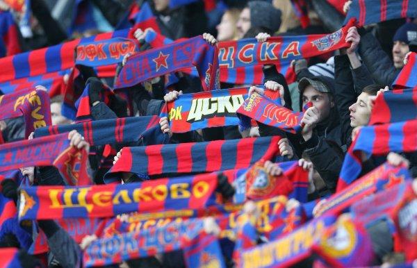 Футбольные болельщики из Москвы испортили новый надземный переход в Ростове