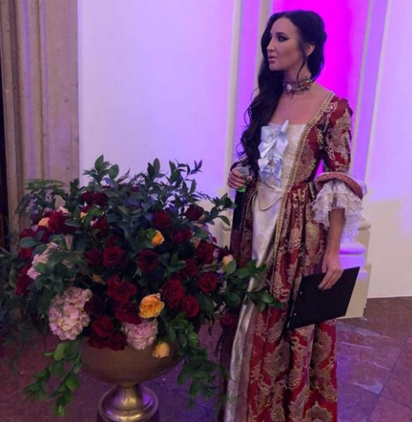 Бузову раскритиковали за нелепое королевское платье