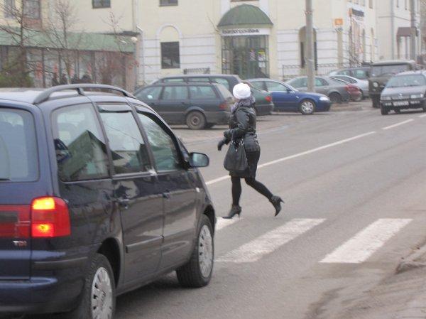 В Самаре одна из столкнувшихся машин придавила пешехода к столбу
