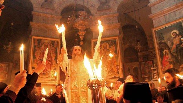 В Иерусалиме раздают Благодатный огонь