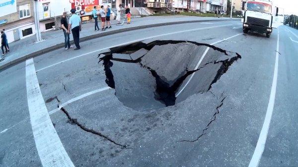 «Как тебе такое, Илон Маск?»: В Ростове авто провалилось под землю