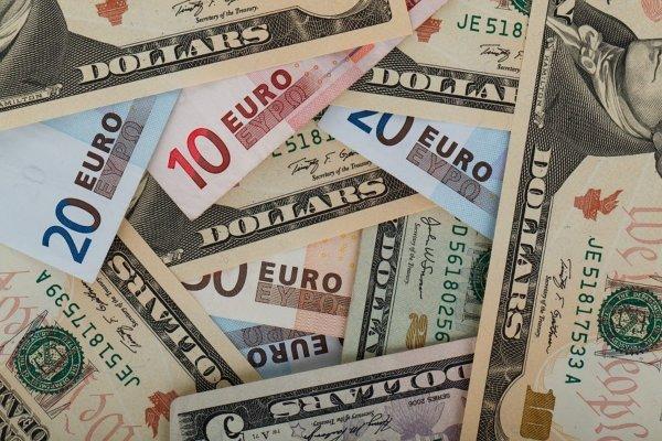 Евро превысил отметку в 75 рублей впервые с лета 2016 года
