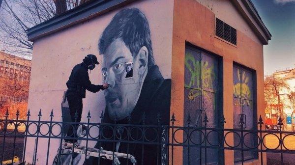 В Петербурге сыгравшему Сергея Довлатова сербу посвятили граффити