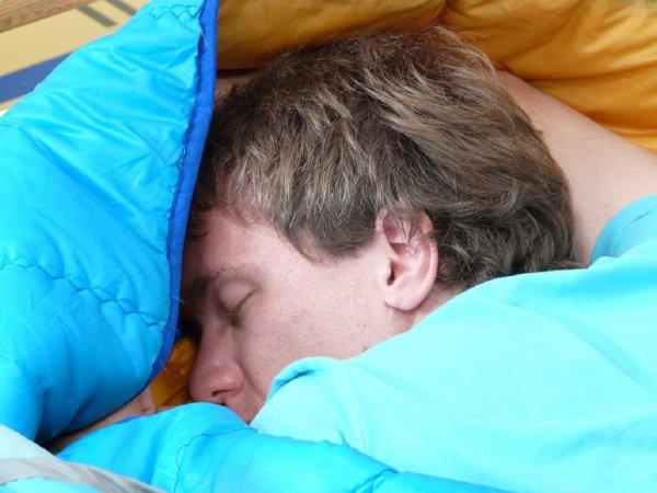 Ученые: Всего одна ночь без сна способна привести к болезни Альцгеймера