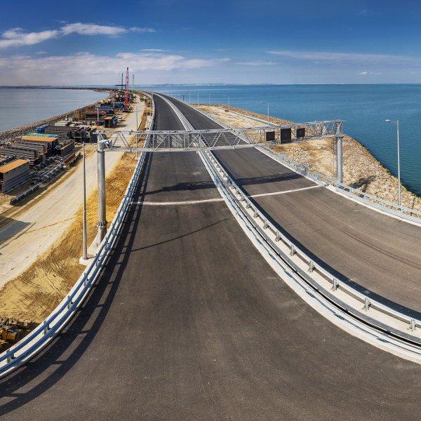 На Крымском мосту рабочие начали укладку асфальта на автодорожной арке