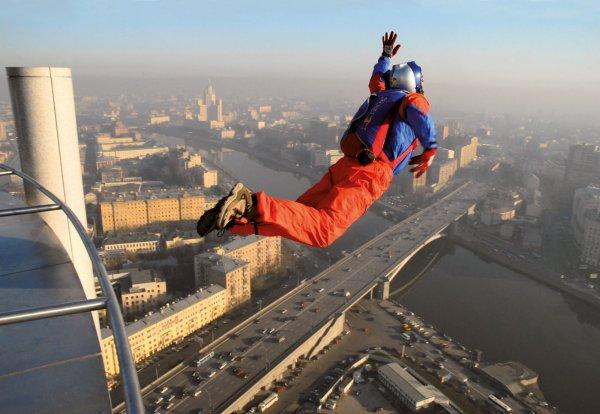 В Китае арестовали россиянина за прыжок с парашютом с небоскреба