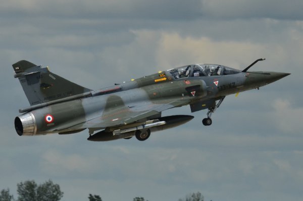 Перепутал цели: Истребитель ВВС Франции случайно сбросил бомбу на местный завод