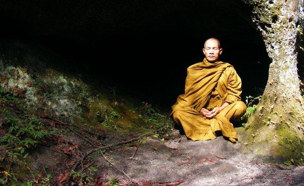 Монах гениталиями протащил авто целых 30 метров