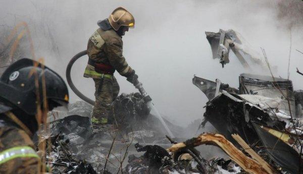С места крушения Ми-8 в Хабаровске вывозят фрагменты вертолета