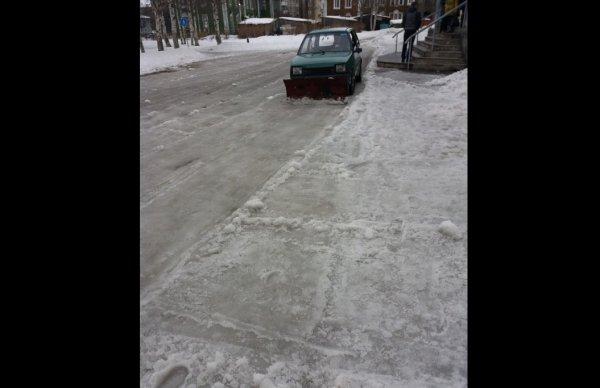 В Архангельске водитель малогабаритного автомобиля Ока занимается уборкой снега