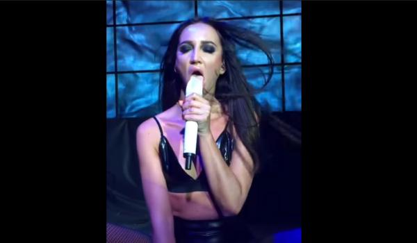 Видно, что без мужика: Бузова занялась оральными ласками с микрофоном