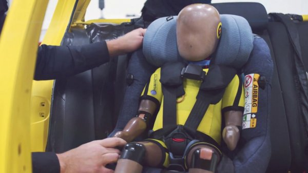 Детское автокресло AxissFix Air Maxi-Cosi получило подушки безопасности