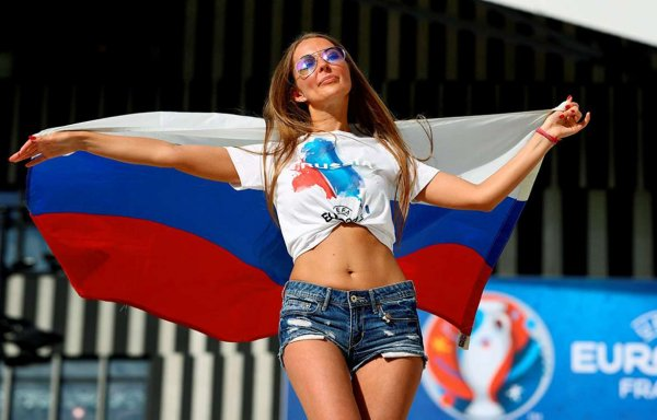 Эксперт: Против английской сборной запустят сексуальных российских фанаток