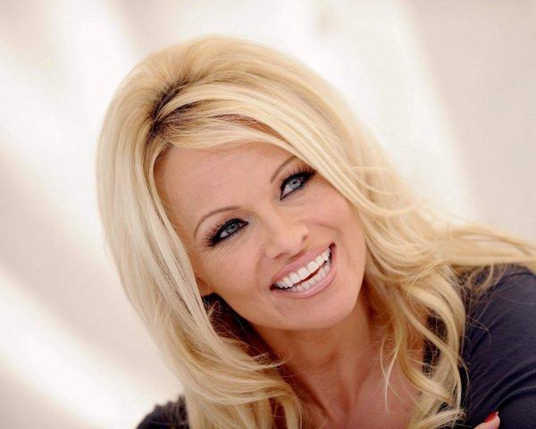 Памела Андерсон призналась, что мать её убедила впервые раздеться для Playboy