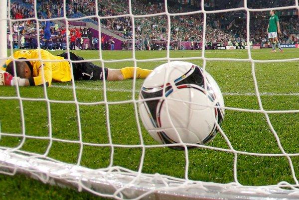 В чемпионате Боливии футболист напал на своего тренера из-за замены