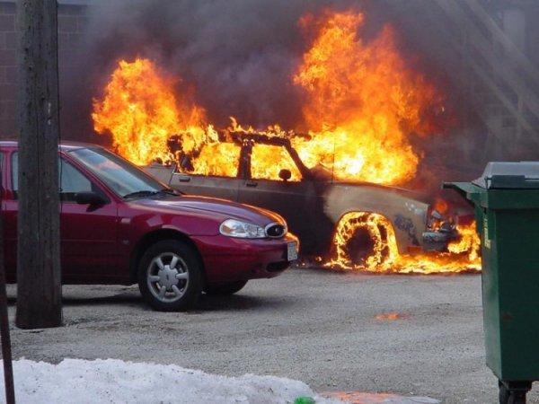 Очевидцы сообщили о возгорании нескольких автомобилей в Москве