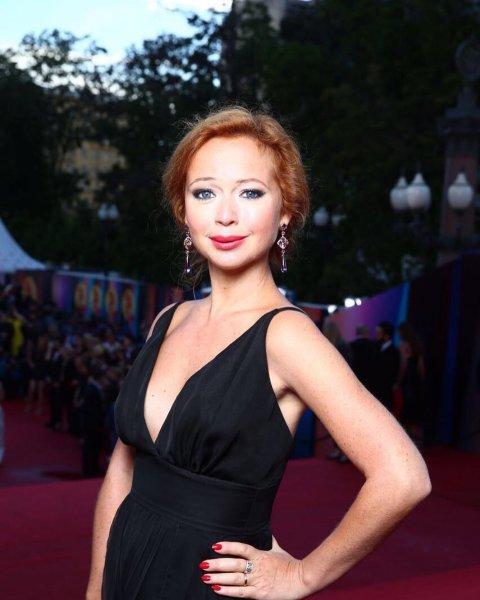 Актриса Елена Захарова стала похожа на Людмилу Гурченко на новых фото