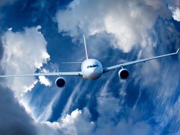 В США кусок мотора влетел в салон самолета и ранил человека