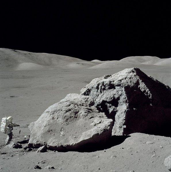 На фото с Луны миссии «Аполлон» обнаружили инопланетное устройство