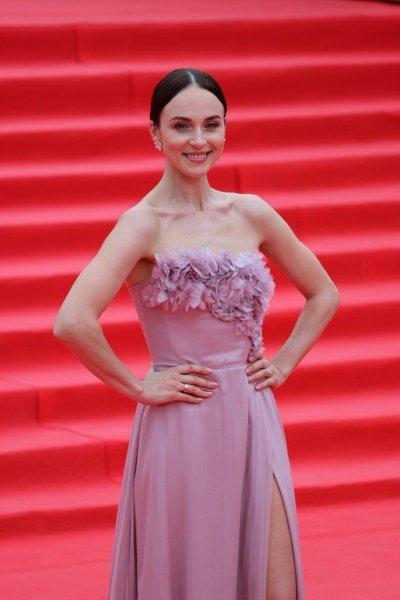 Снаткина удивила «скромным» платьем на ММКФ