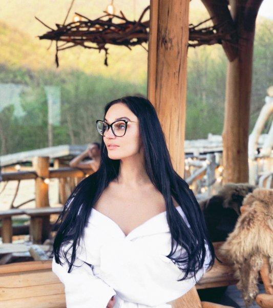 Алёна Водонаева в причудливой позе занялась публичным самолюбованием