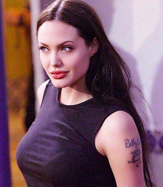 СМИ выяснили, что вынудило Анджелину Джоли сесть за штурвал самолёта