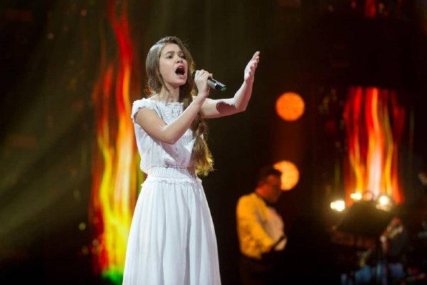 Восьмиклассница из Брянска Настя Гладилина выступила в суперфинале шоу «Голос.Дети»