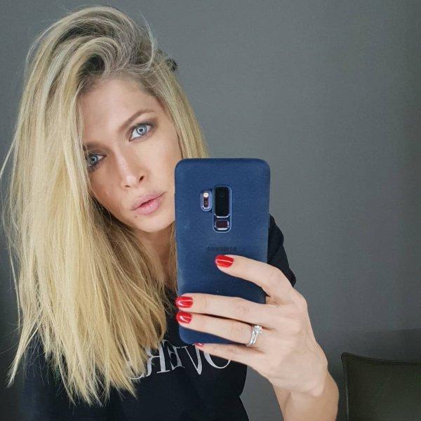 Фанаты Веры Брежневой удивлены, что певица пользуется смартфоном от Samsung