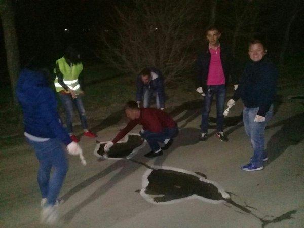 В Волжском автомобилисты раскрасили дорожные ямы
