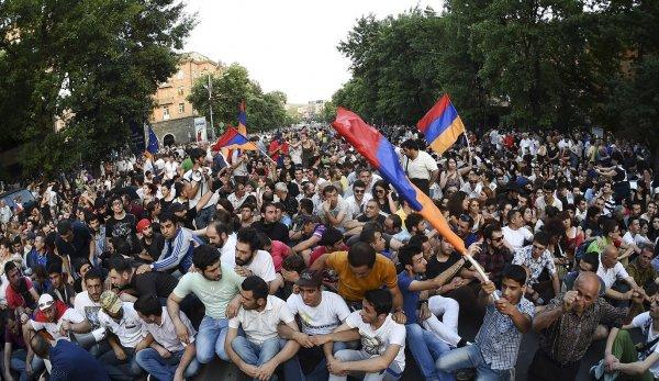 В Ереване собрались десятки тысяч митингующих, несмотря на массовые аресты