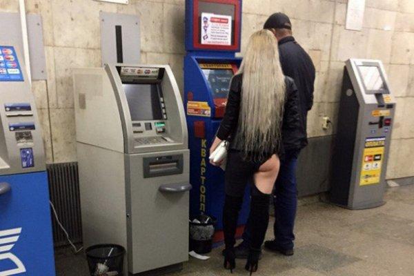 Шпингалеты лопнули: Белокурая девушка с голой попой шокировала пассажиров метро Новосибирска
