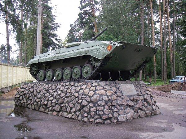 В Новосибирске злоумышленники развернули памятник БМП
