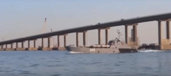 В Сети появилось видео прохода боевых кораблей под аркой Крымского моста