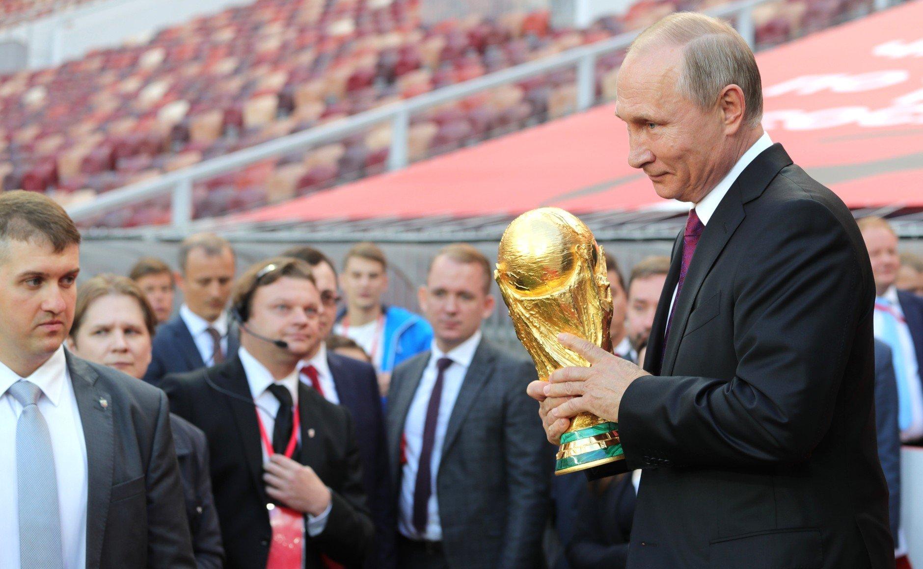 Путин иИнфантино получат паспорта болельщиков вСочи