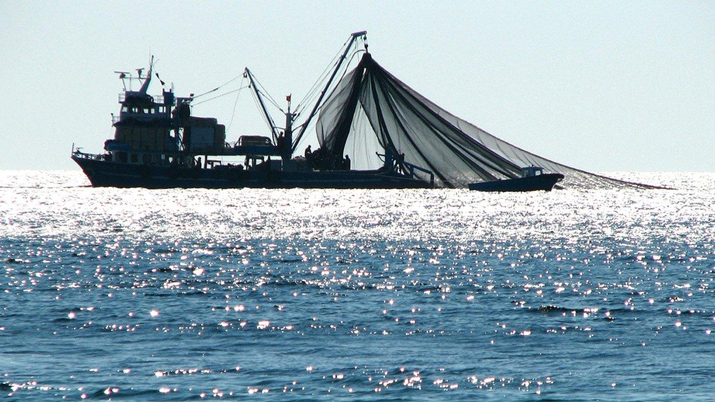 Украинские таможенники подтвердили незаконное нахождение рыбацкой фелюги уберегов Крыма