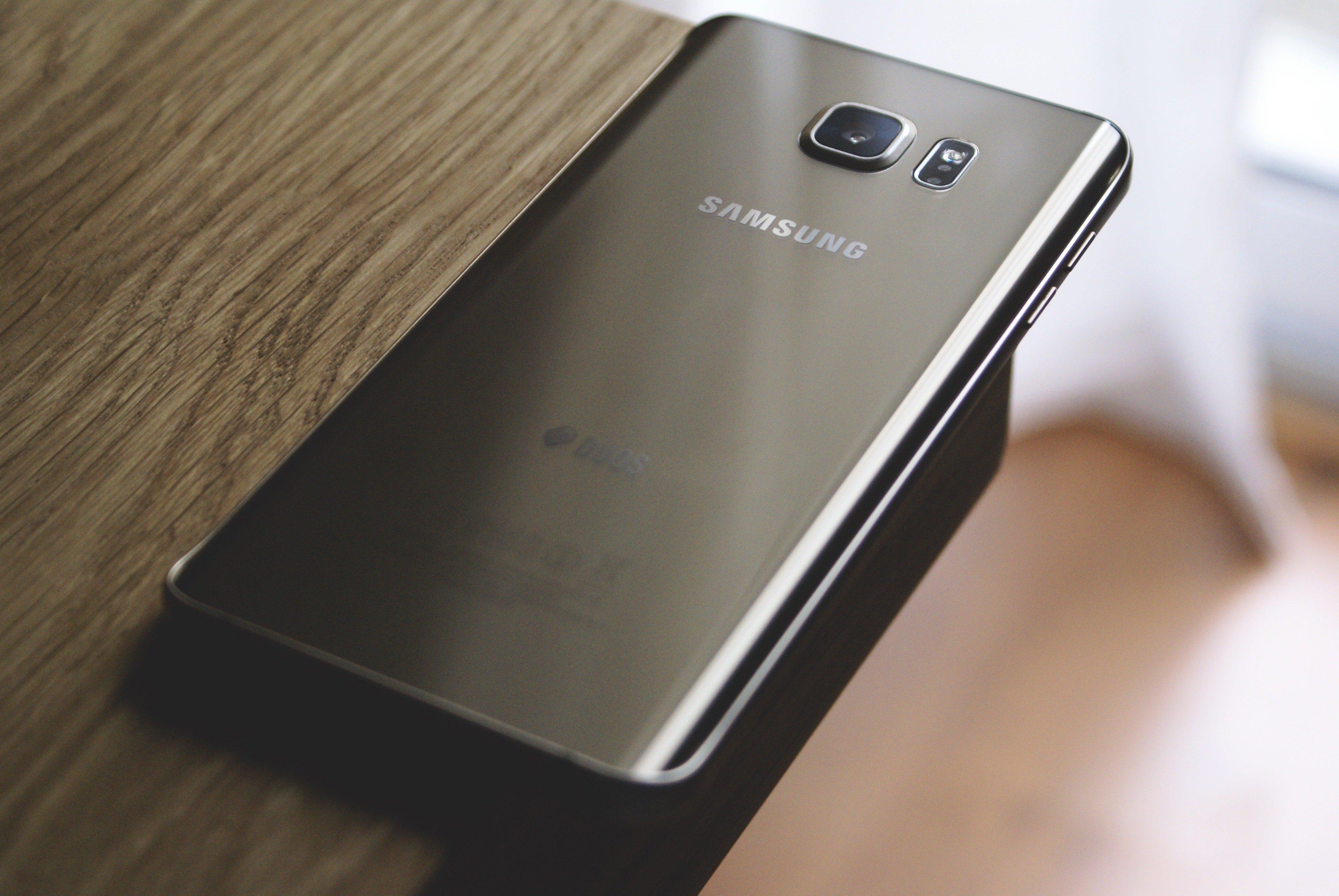 Самсунг запатентовала новые гибкие ипрозрачные мобильные телефоны