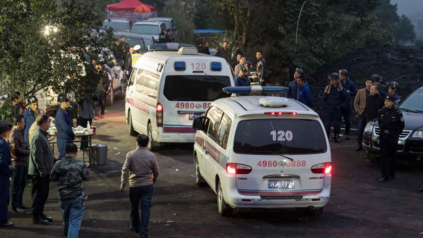 ВКитае при падении микроавтобуса вреку погибли восемь человек