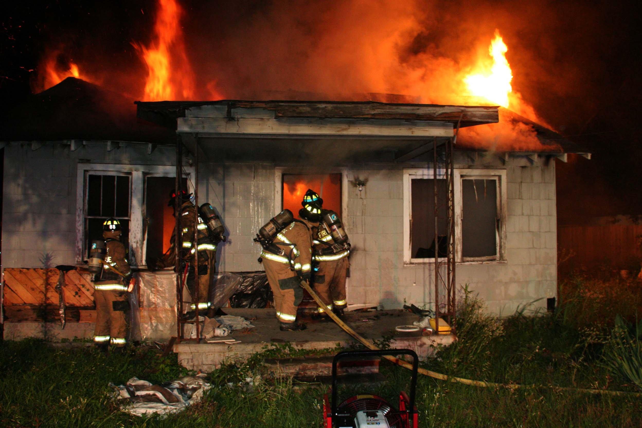 ВПрикамье полицейские спасли изпожара женщину с 2-мя детьми