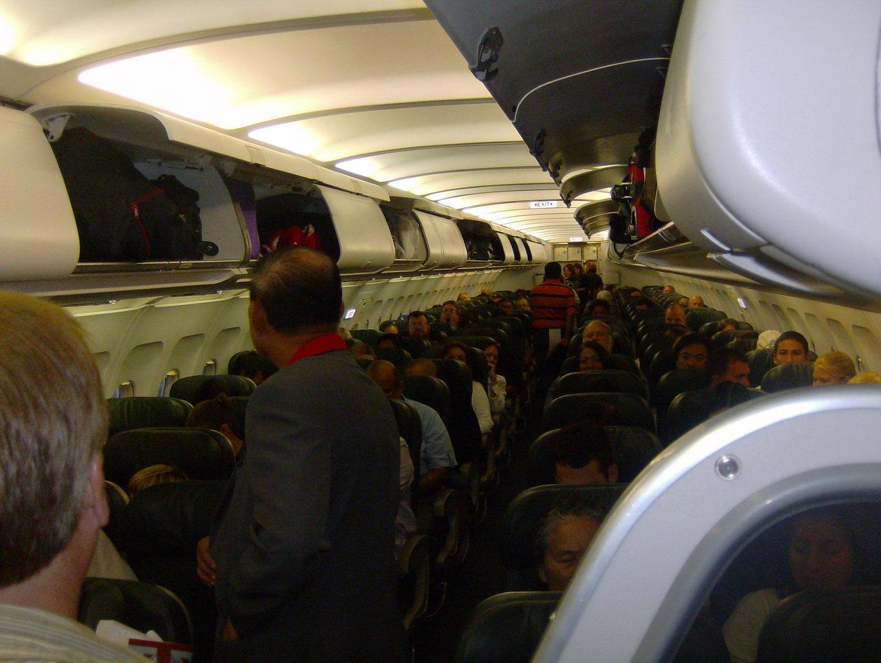 ВСША пассажиры самолёта заперли голого авиадебошира втуалете