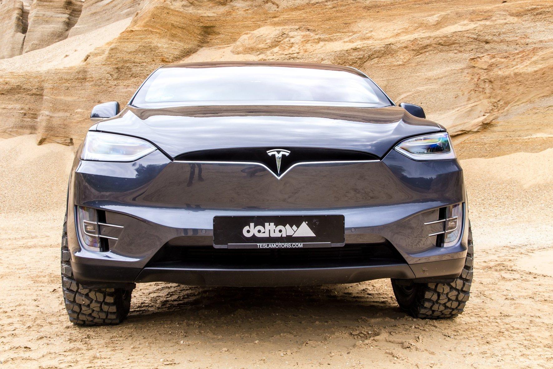 Тюнинговый кроссовер Tesla Model Xготов кбездорожью